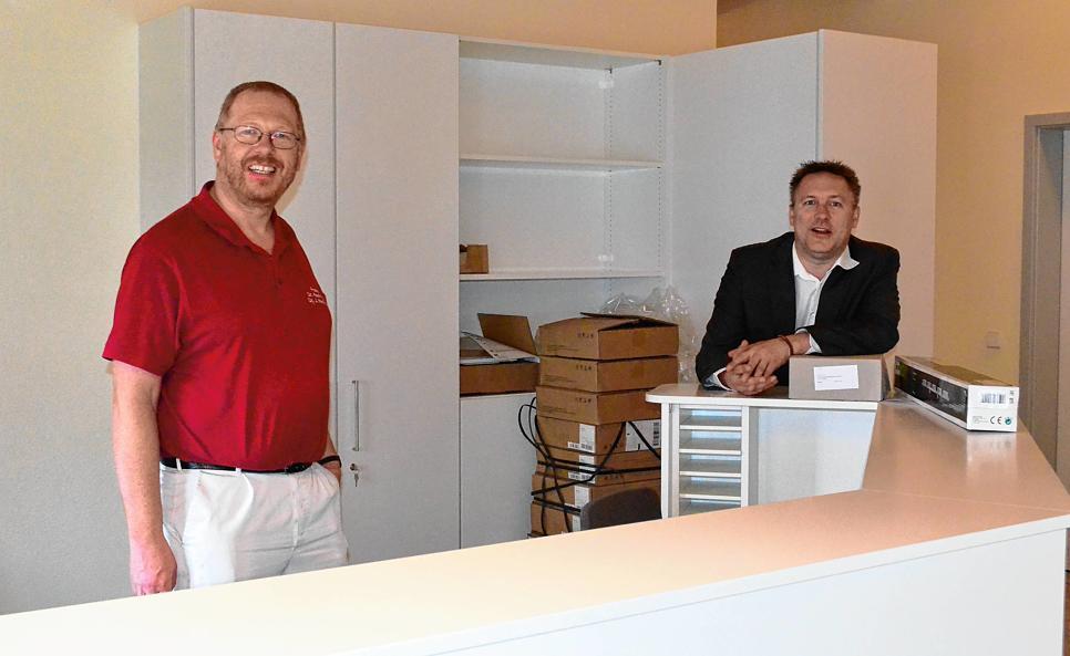 Doktor Kaufmann mit Alois Fritschi am Empfang der neuen Arztpraxis in Eigeltingen
